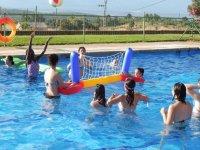 Volley en la piscina del campamento