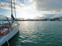 留在日落海港标志帆船