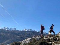 Ruta de senderismo alpino con el perrete