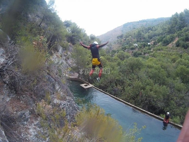 Varios saltos al rio