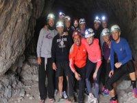 El grupo del campamento con espeleología