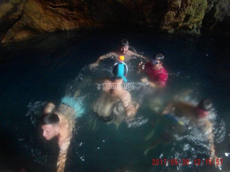 Nadando dentro de la cueva
