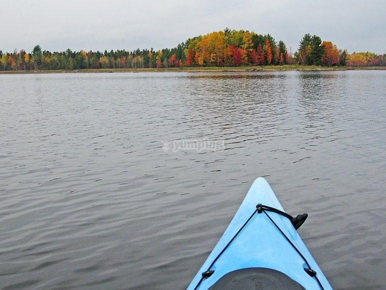 独木舟在水库中航行
