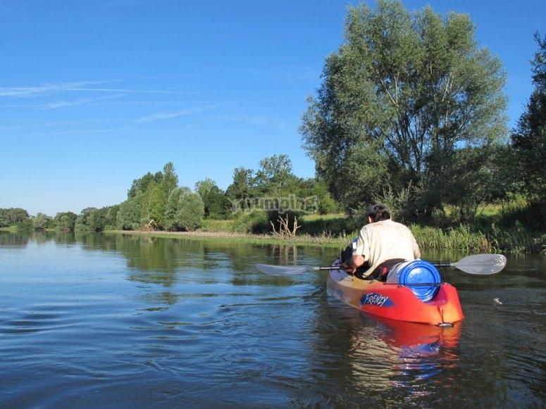 沿河划独木舟一小时