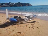 海岸上的透明独木舟