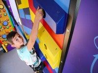Enfant grimpant sur le mur d'escalade