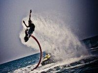 Practicando el flyboard en el mar