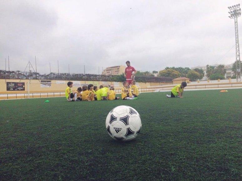 学习踢足球