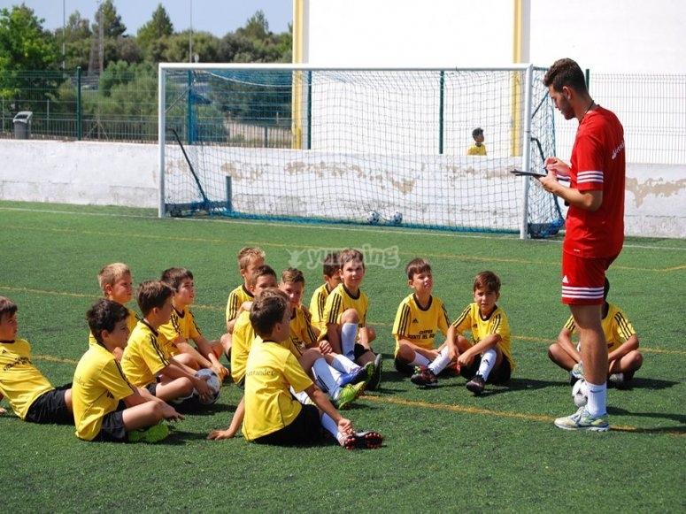 Entrenador explicando la jugada