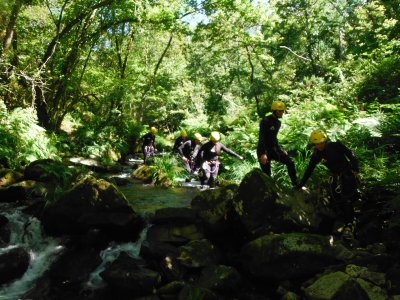 在圣巴亚岛的溪降启动与照片