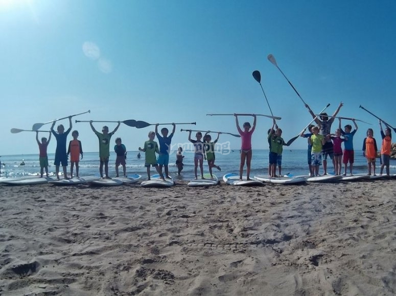 Alumnos con material stand up paddle
