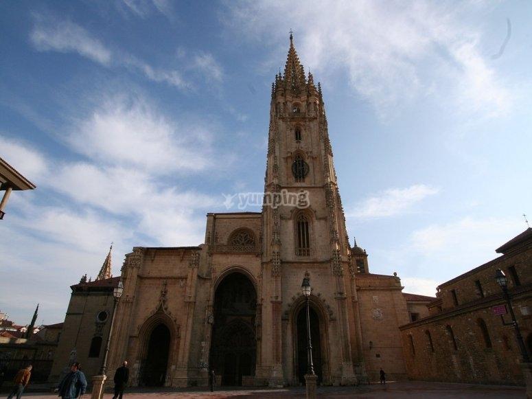Fachada de la catedral ovetense