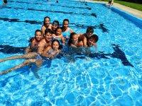 Juegos en la piscina en el campamento