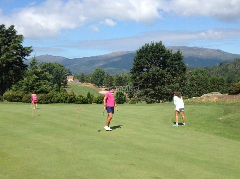Jugando al golf