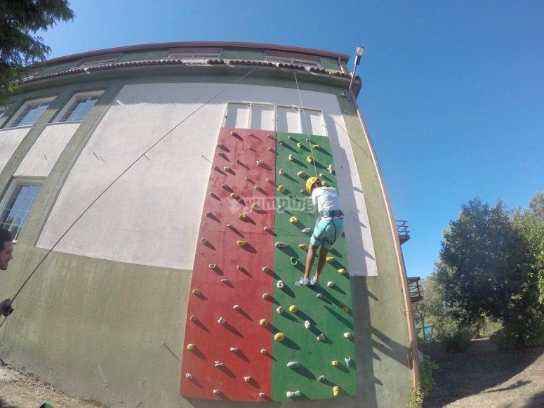 Escalando en el rocodromo exterior