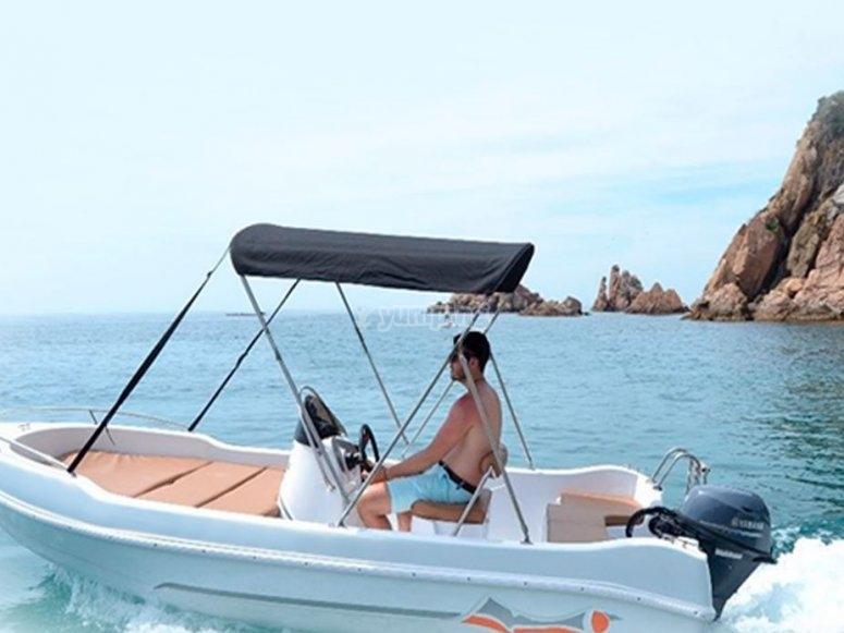 乘船游览自己