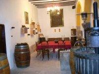 habitacion con barricas y una mesa para comer