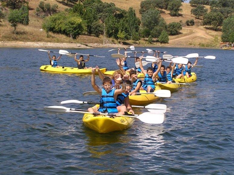 Con los remos en los kayaks amarillos