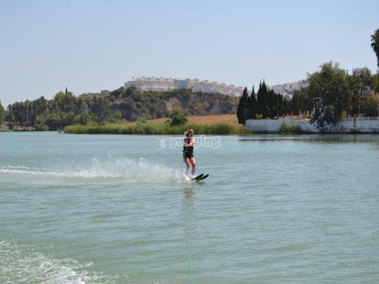 Chica esquiando