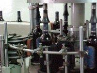 embotellando botellas de vino