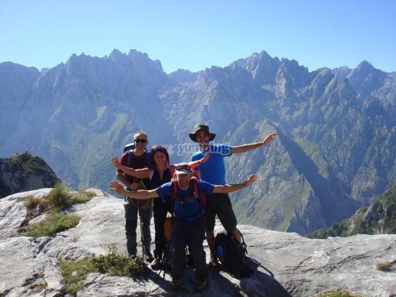 Grupo haciendo senderismo en Asturias
