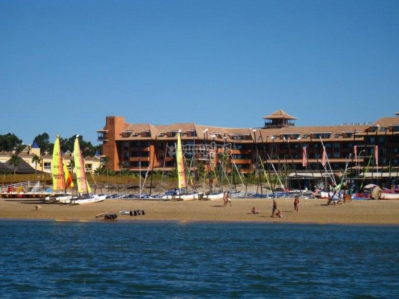 Playa y flota de barcos