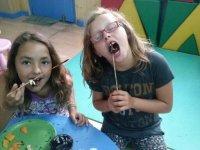 Comiendo pinchos dulces