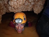 夫妇在水洞穴偏心