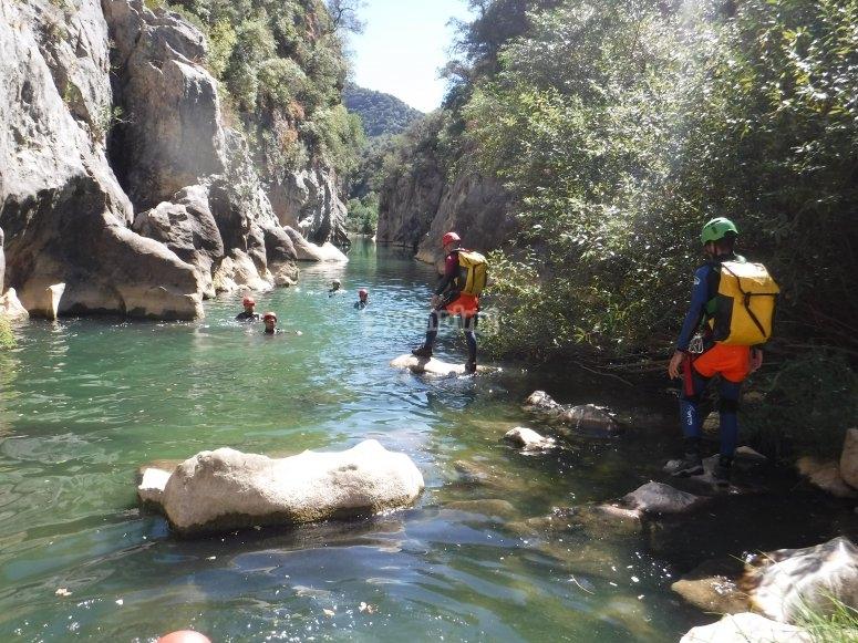 Nadando en la poza natural