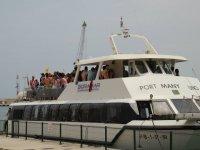 De fiesta en un Catamarán con 150 personas