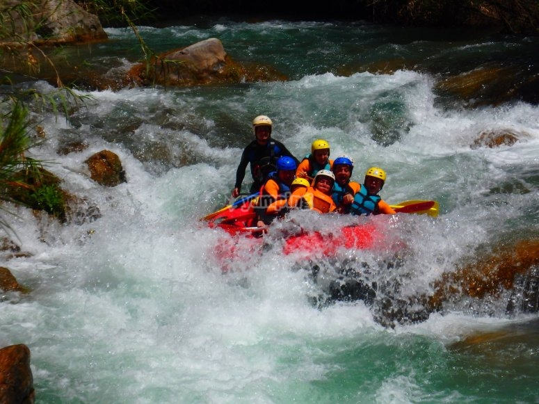 Descendiendo por aguas bravas en la balsa