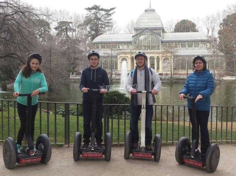 Familia en segway en el Palacio de Cristal