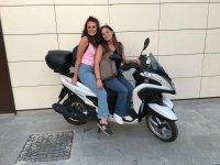 骑摩托车穿越城市