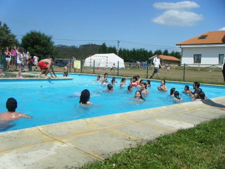 Alumnos en la piscina