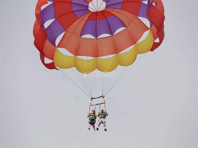 Volando en parasailing en pareja