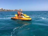 Paseo en moto de agua con niño