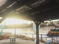 Zona de descanso en la orilla de la playa