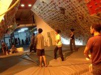 jovenes en las colchonetas del rocodromo el muro