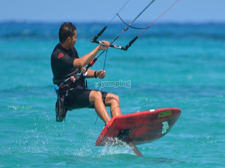 Monitor practicando kitesurf