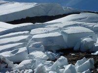 bloques de nieve en la montana