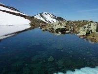 lago entre las montanas nevadas