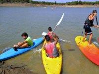 Amigos haciendo canoa