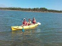 Familia en canoa