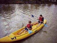 Los ninos en canoa