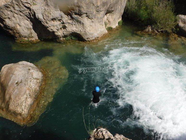 Cayendo al agua