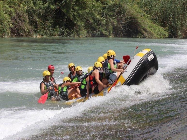 Inclinando la balsa de rafting