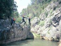 Saltando en la poza