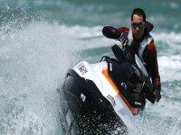 Girando con la moto acuática