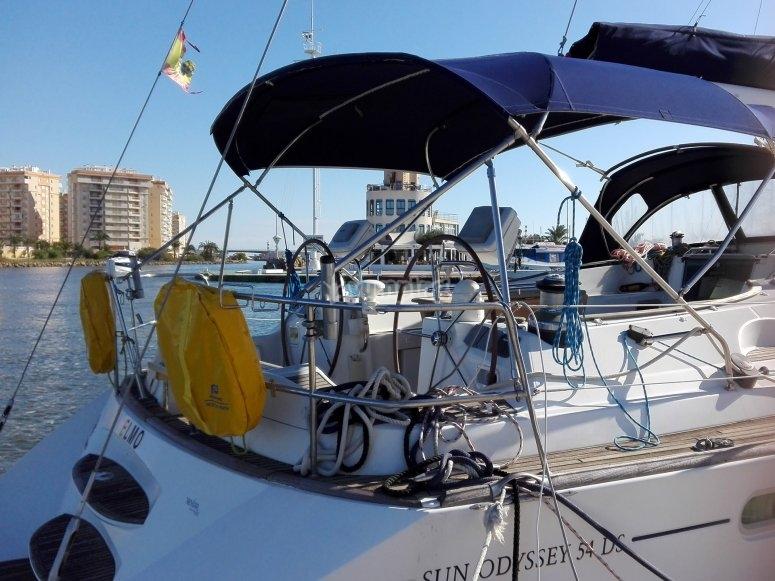 Yacht amarré au port