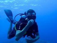 潜水员捂住鼻子